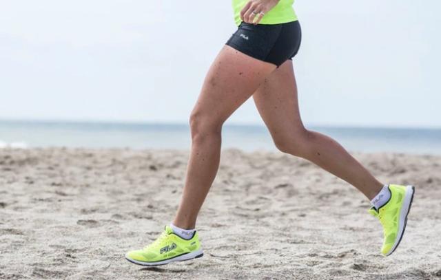 Running en la playa: ¿es peligroso correr descalzo?